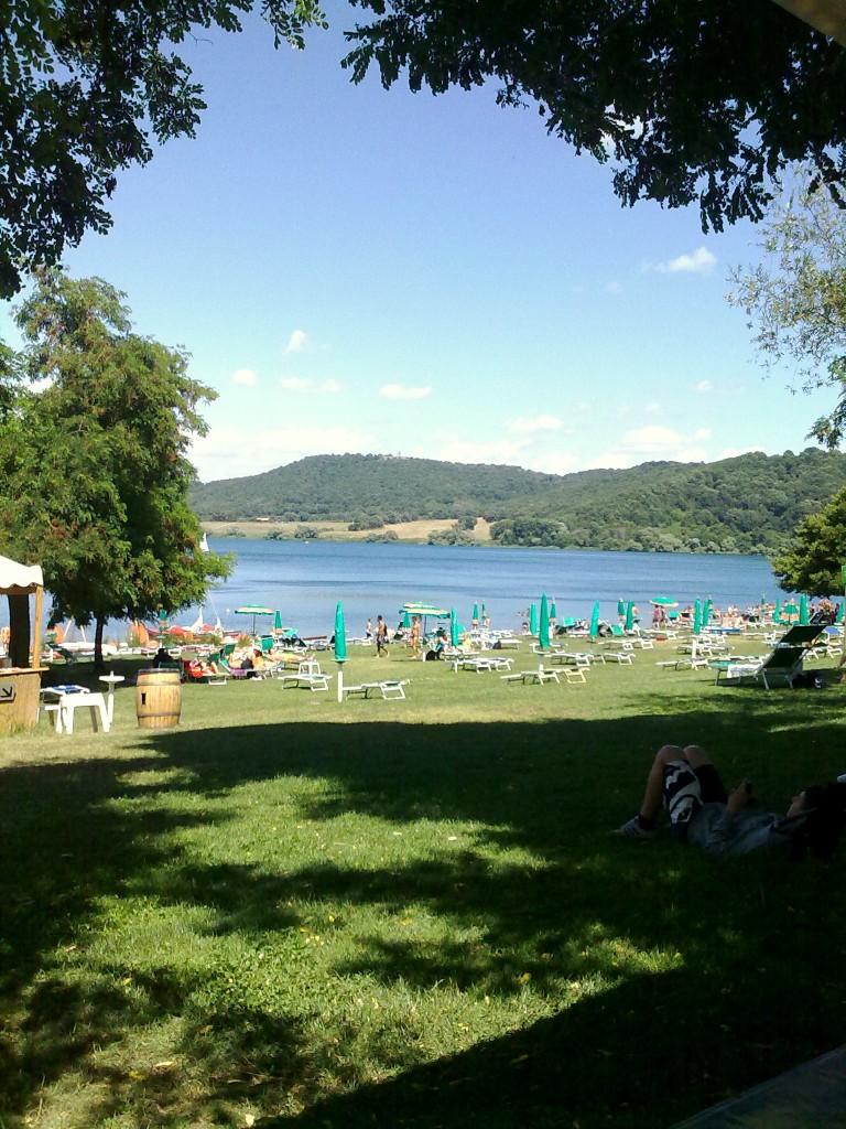 Una giornata al lago di martignano circuito turismo for Lago con spiaggia vicino a milano