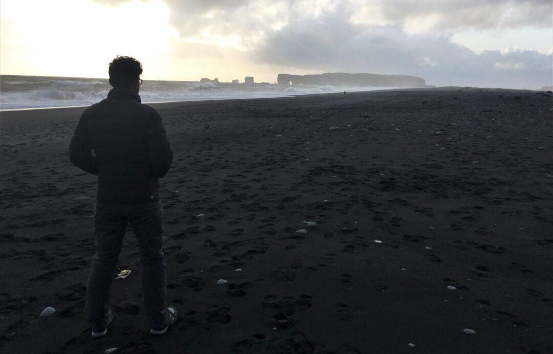 islanda arco naturale di Dyrhólaey da lontano