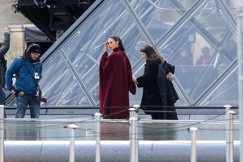 paris wonder-woman louvre